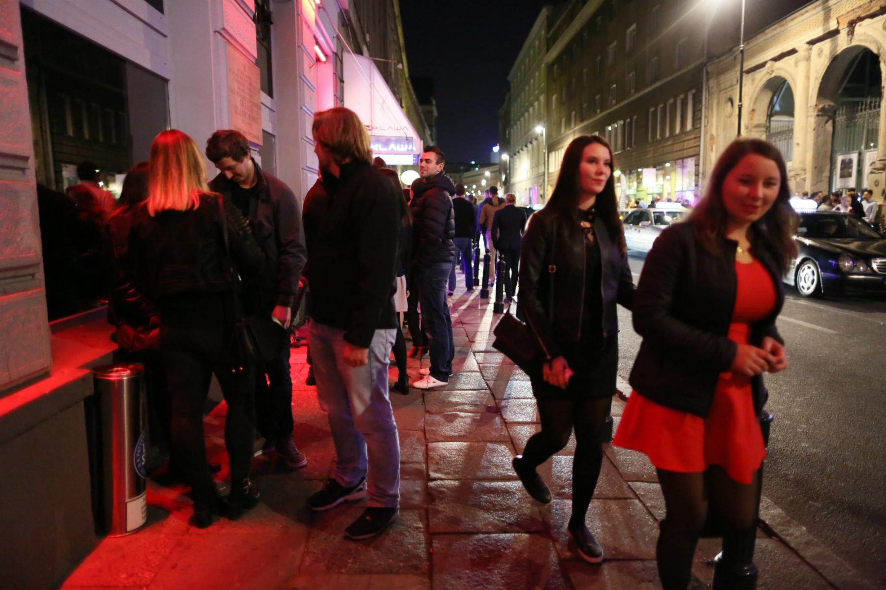 Klubowiczki przy ulicy Mazowieckiej w Warszawie (fot: Agata Grzybowska/ Agencja Gazeta)