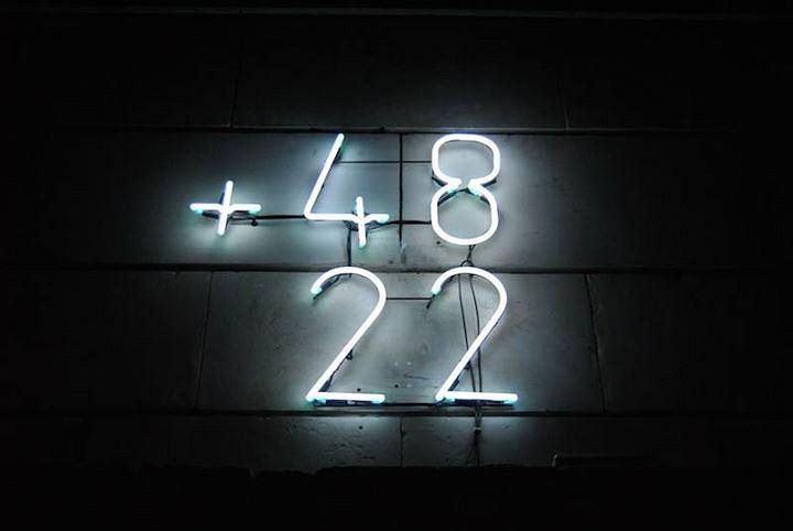 Neon +48 22 wisi na elewacji klubokawiarni Państwomiasto, ul. andersa 29 / fot. Państwomiasto