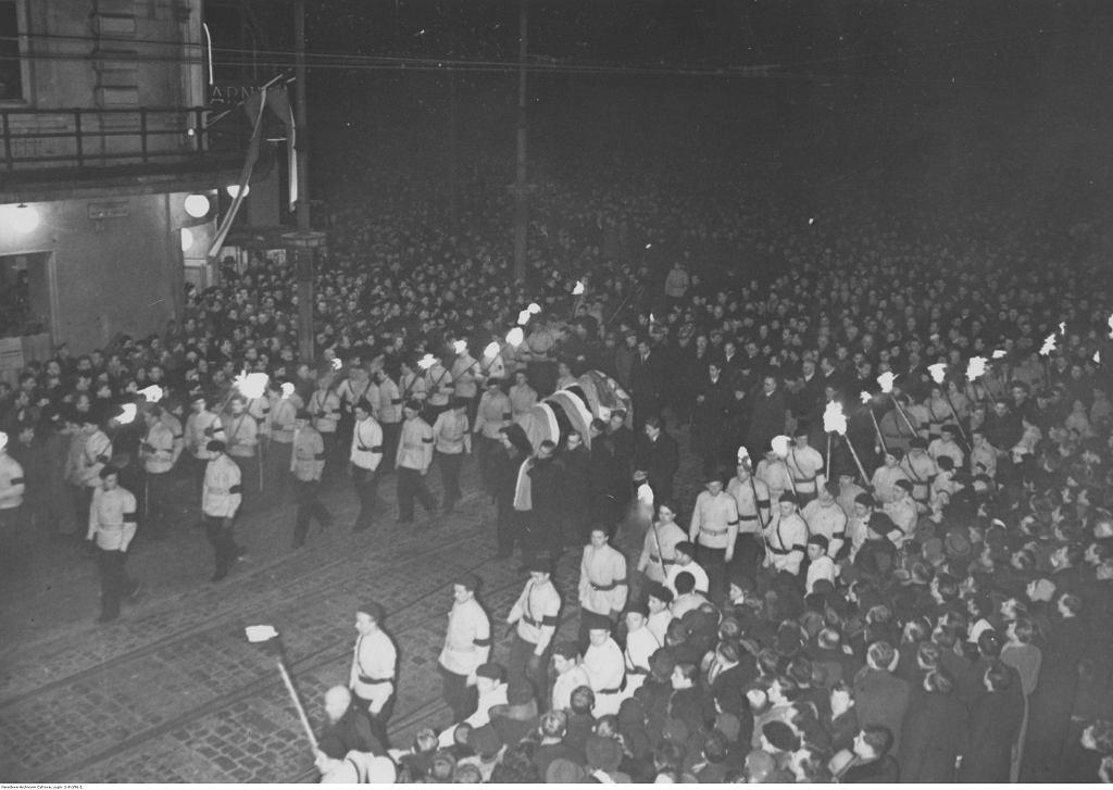 Pogrzeb Romana Dmowskiego w Warszawie. Kondukt żałobny w drodze z Dworca Wileńskiego do katedry św. Jana, 7 stycznia 1939 r.