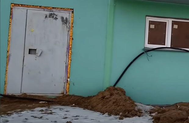 Wejście na klatkę schodową w jednym z bloków w Nowosybirsku