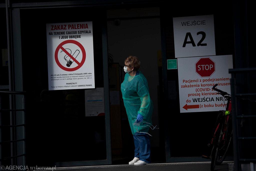 Personel medyczny w maseczce ochronnej przed szpitalem we Wrocławiu, zdjęcie ilustracyjne.