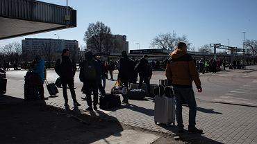 Koronawirus. Chaos na dworcu Warszawa Zachodnia. Ukraińcy czekają na transport do domu