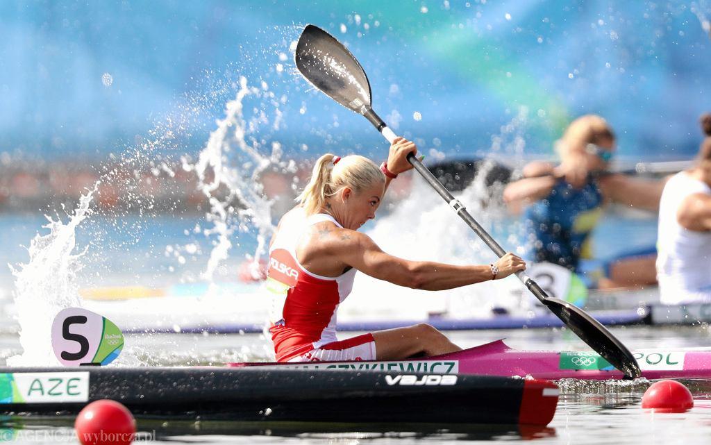 Wtorek, 16 sierpnia. Marta Walczykiewicz zdobyła srebro w kajakarskiej konkurencji K1 na 200 m. - To srebro smakuje jak złoto. Nie przeszkadza mi, że po raz kolejny przegrałam z Lisą Carrington. To medal olimpijski, o którym marzyłam 20 lat - cieszyła się Walczykiewicz, która przegrała na torze olimpijskim tylko z odwieczną rywalką z Nowej Zelandii.