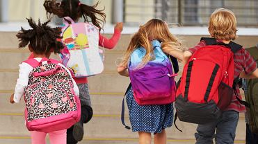 Plecaki szkolne są ciężkie - skarżą się uczniowie, rodzice i nauczyciele.