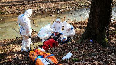 Epidemia koronawirusa. Ratownicy górscy pracują w kombinezonach