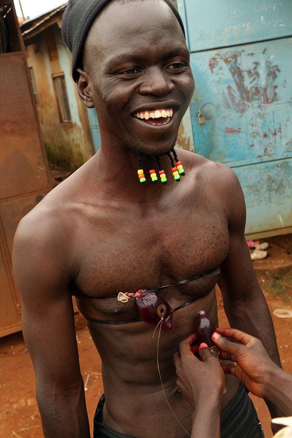 Wakaliwood od kuchni. Prezerwatywa wypełniona sztuczną krwią zostaje przyczepiona do klatki piersiowej aktora