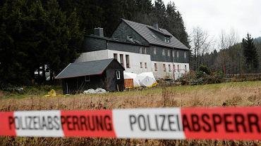 Teren wokół domu, w którym doszło do makabrycznej zbrodni, otoczony policyjną taśmą