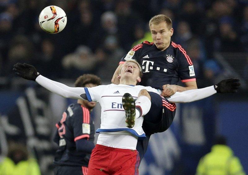 Holger Badstuber i Artjoms Rudnevs w meczu Hamburgera SV z Bayernem Monachium
