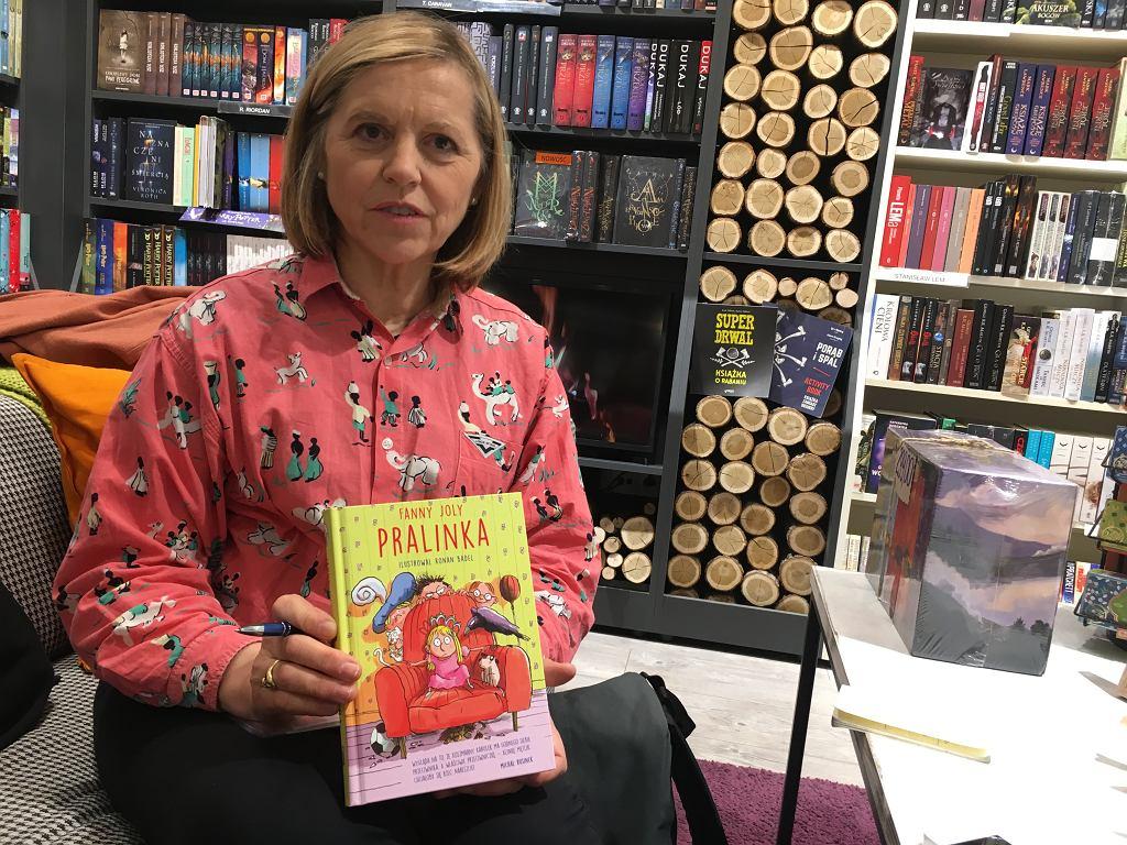 Fanny Joly z polskim wydaniem swojej książki.
