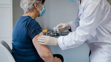 Jakie skutki uboczne szczepionki COVID-19 w zależności od wieku, płci i dawki