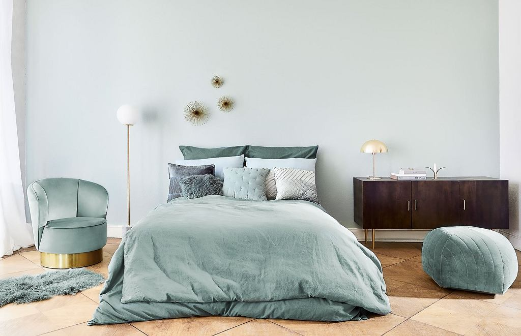 Elegancka sypialnia z modnymi meblami i dodatkami