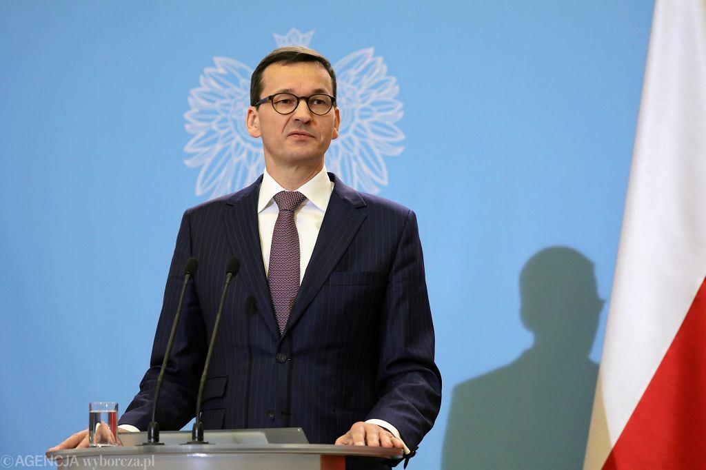 Premier Mateusz Morawiecki podczas konferencji prasowej po pierwszym posiedzeniu rządu PiS pod jego kierownictwem. Warszawa, KPRM, 19 grudnia 2017