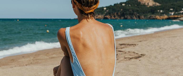 Jakie kosmetyki wziąć na urlop? Ten wakacyjny niezbędnik zadba o skórę i włosy