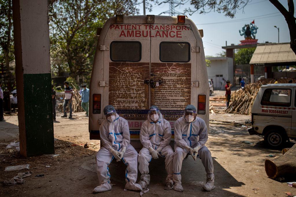 Epidemia COVID-19 w Indiach. Pracownicy zajmujący się kremacją