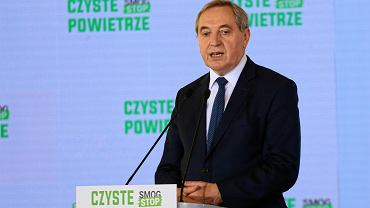 Minister środowiska Henryk Kowalczyk podczas uroczystego podpisania porozumienia w sprawie realizacji programu 'Czyste Powietrze'.