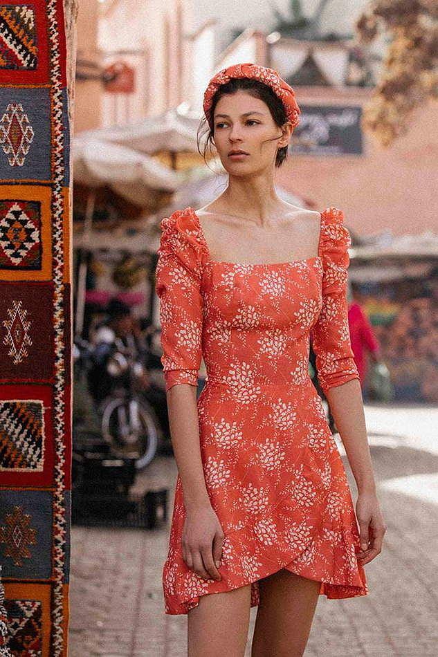 Sukienka z dekoltem karo