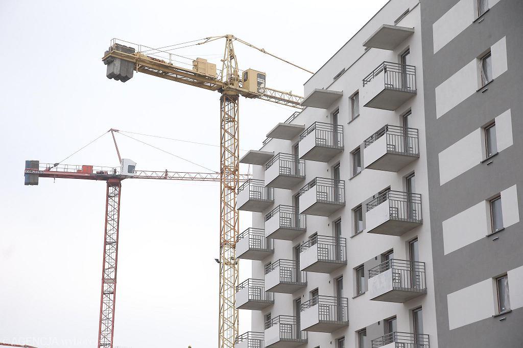 Mieszkańcy łódzkiego Olechowa protestują przeciwko sprzedaży miejskich działek, bo nie chcą postawienia kolejnych bloków. Według miasta są one objęte planem budowy wielorodzinnych bloków. Zdjęcie ilustracyjne bloku