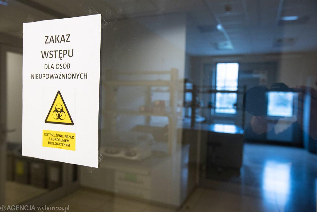 Wejście do laboratorium badającego próbki dot. COVID-19