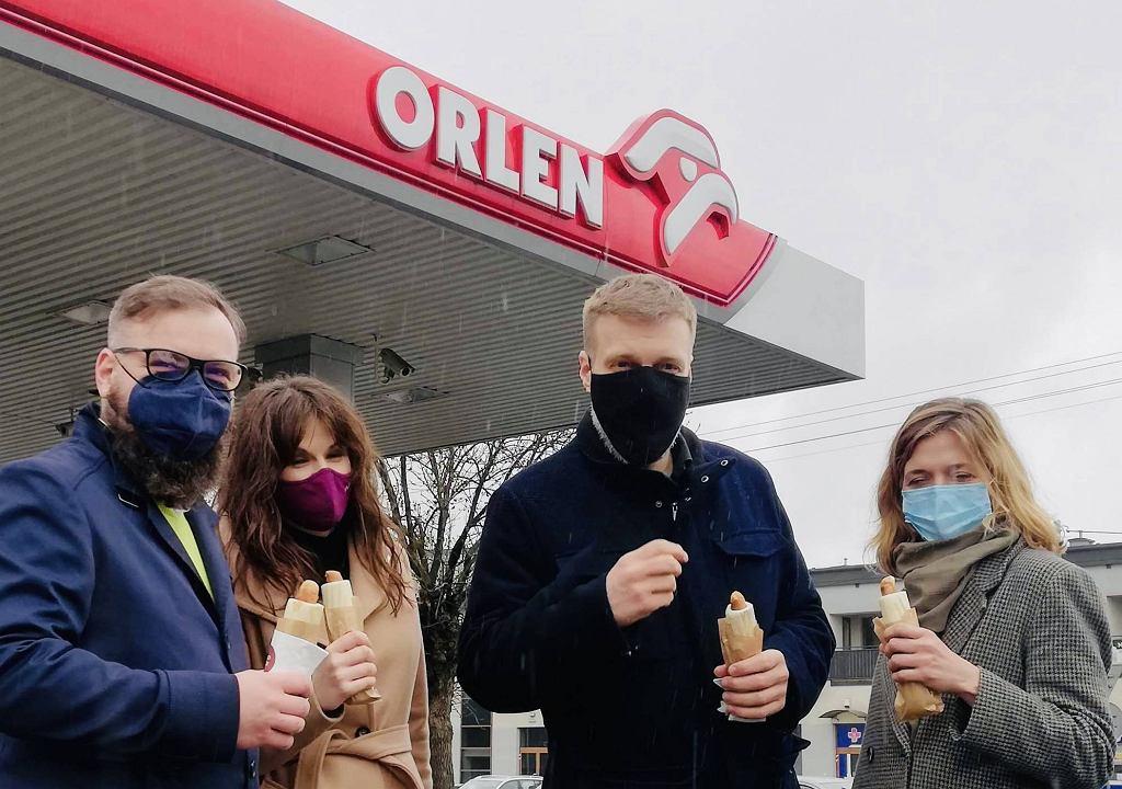 Adrian Zandberg i posłanki Lewicy z hotdogiem na Orlenie