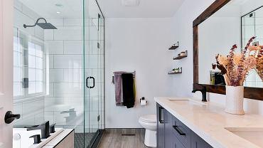 Jak skutecznie doczyścić kabinę prysznicową? Wystarczy jeden produkt, który stosujemy w zmywarkach