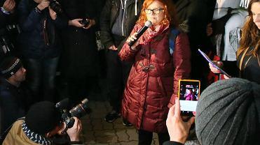 Anna Dryjańska na Czarnym proteście pod domem Jarosława Kaczyńskiego