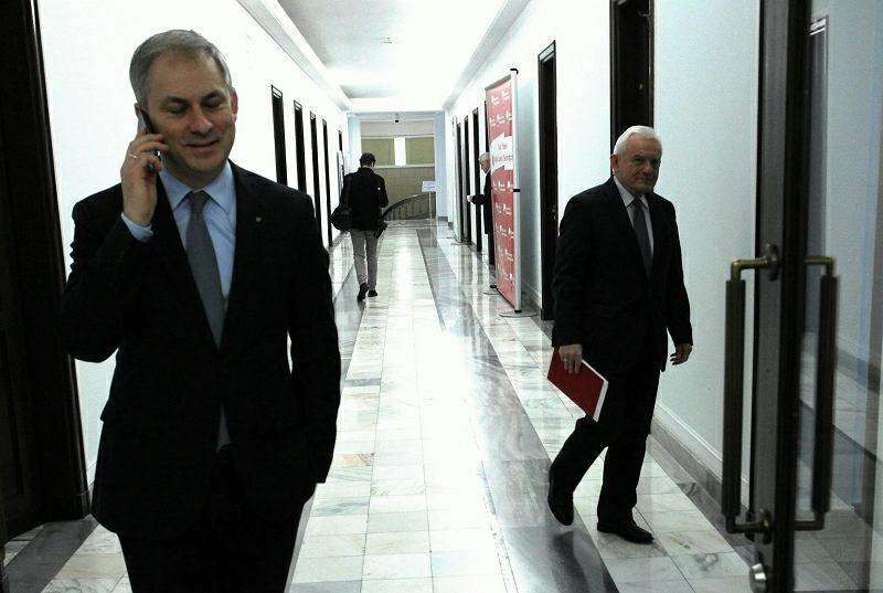 Grzegorz Napieralski, w tle szef SLD Leszek Miller