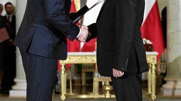 Prezydent RP Andrzej Duda (l) i koordynator służb specjalnych, minister w kancelarii premiera Mariusz Kamiński (ciąży na nim nieprawomocny wyrok trzech lat bezwzględnego wiezienia) podczas uroczystości zaprzysiężenia rządu PiS. Warszawa, Pałac Prezydencki 16 listopada 2015. 31 maja 2017 Sąd Najwyższy uznał że ułaskawienie Kamińskiego przed uprawomocnieniem wyroku było złamaniem konstytucji