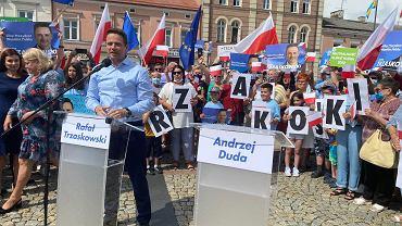Rafał Trzaskowski z pustą mównicą dla Andrzeja Dudy