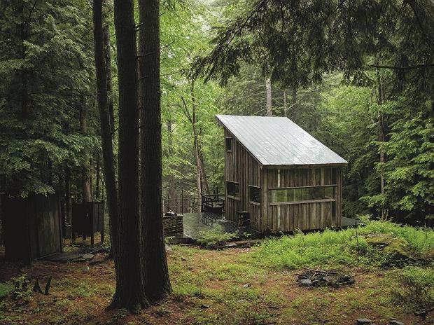 Do budowy tej chatki wykorzystano drewno pozyskane ze szkieletu starej stodoły. Fot. Materiały prasowe