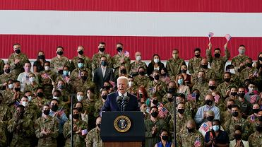 Prezydent USA Joe Biden podczas spotkania z amerykańskimi żołnierzami w bazie RAF Mildenhall w Anglii, 9 czerwca 2021 r.