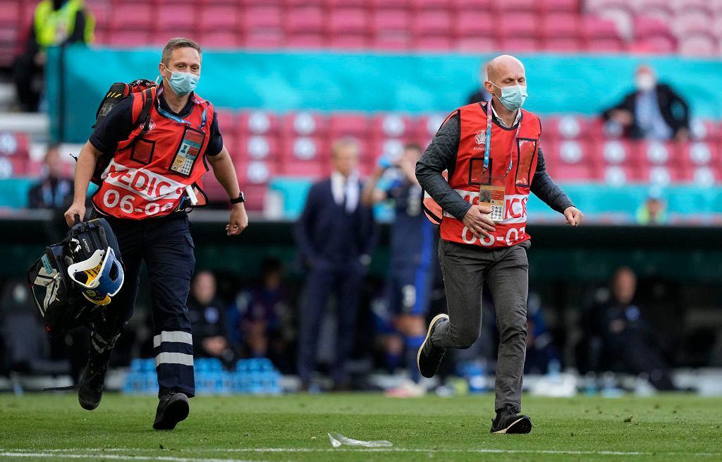 Lekarze biegną udzielić pomocy Christianowi Eriksenowi