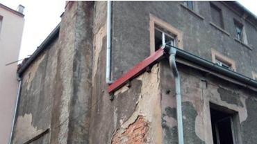 Międzybórz. W mieszkaniu znaleziono zwłoki kobiety i dwoje zapłakanych dzieci