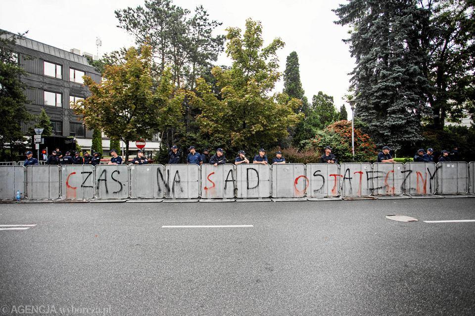 Policjanci obstawiają płotki odgradzające Sejm, 18 lipca 2017