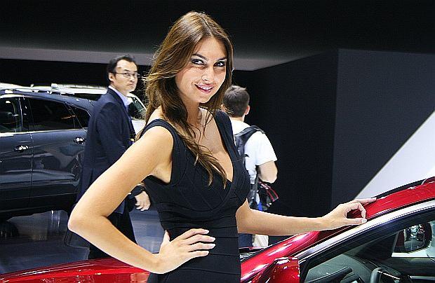Dziewczyny na Salonie Samochodowym w Paryżu