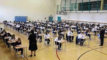 Egzamin gimnazjalny w Gimnazjum nr 8. Uczniowie piszą test z historii i WOS-u