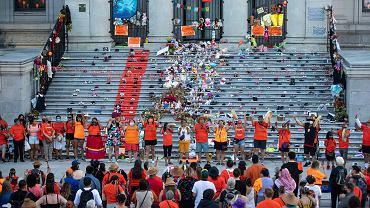 Ceremonia ku czci dzieci, których szczątki odnaleziono w masowym grobie na terenie dawnej szkoły dla rdzennych mieszkańców. Kanada, 21 czerwca 2021