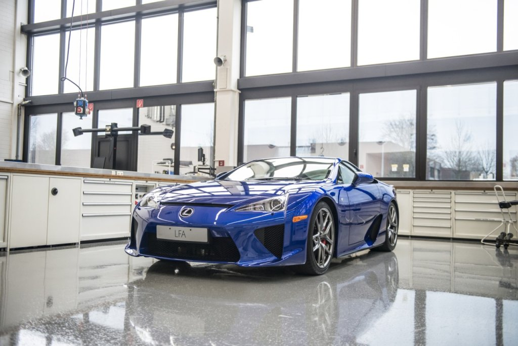 Lexus LFA w LFA Centre of Excellence