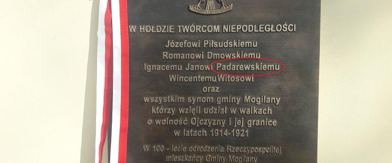Spór o tablicę w Mogilanach. ''Padarewski'', niżej nazwisko proboszcza
