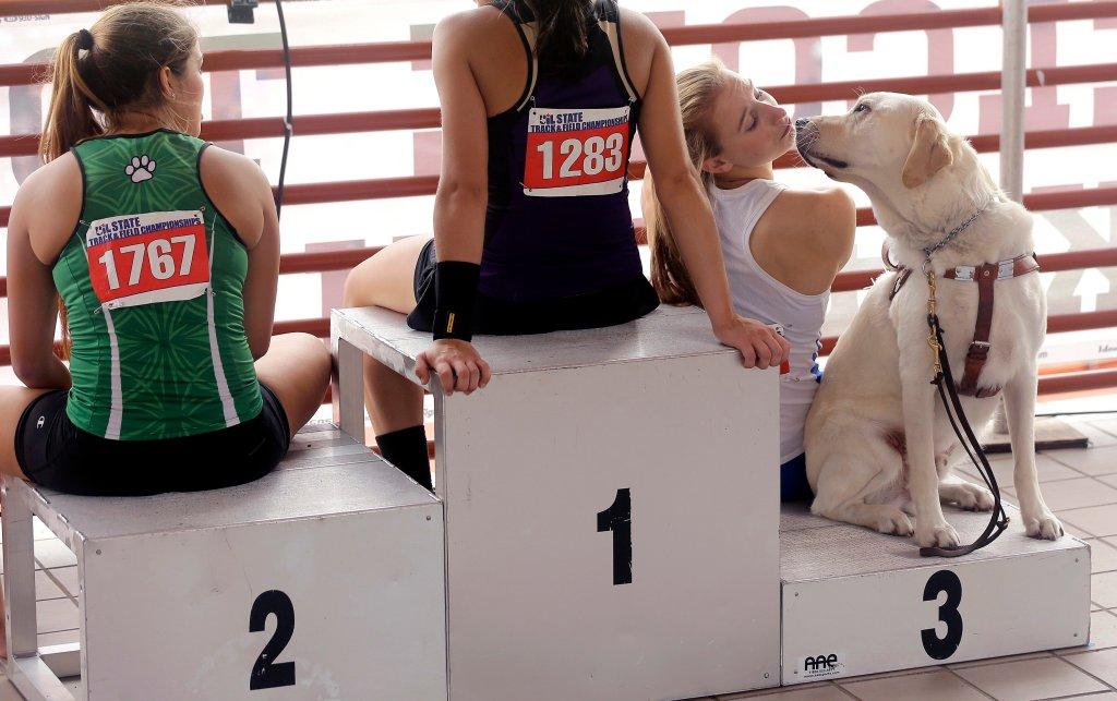 Charlotte Brown, niewidoma tyczka wraz ze swoim psem Vadorem