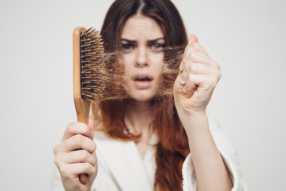 Naukowcy w badaniach dowiedli, że na stan włosów wpływają czynniki cywilizacyjne, w tym dieta lub  stres.