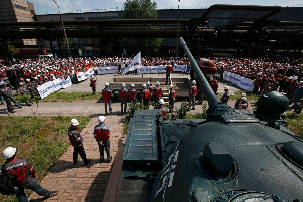 Robotnicy jednej z hut Achmetowa w Mariupolu podczas strajku przeciw separatystom