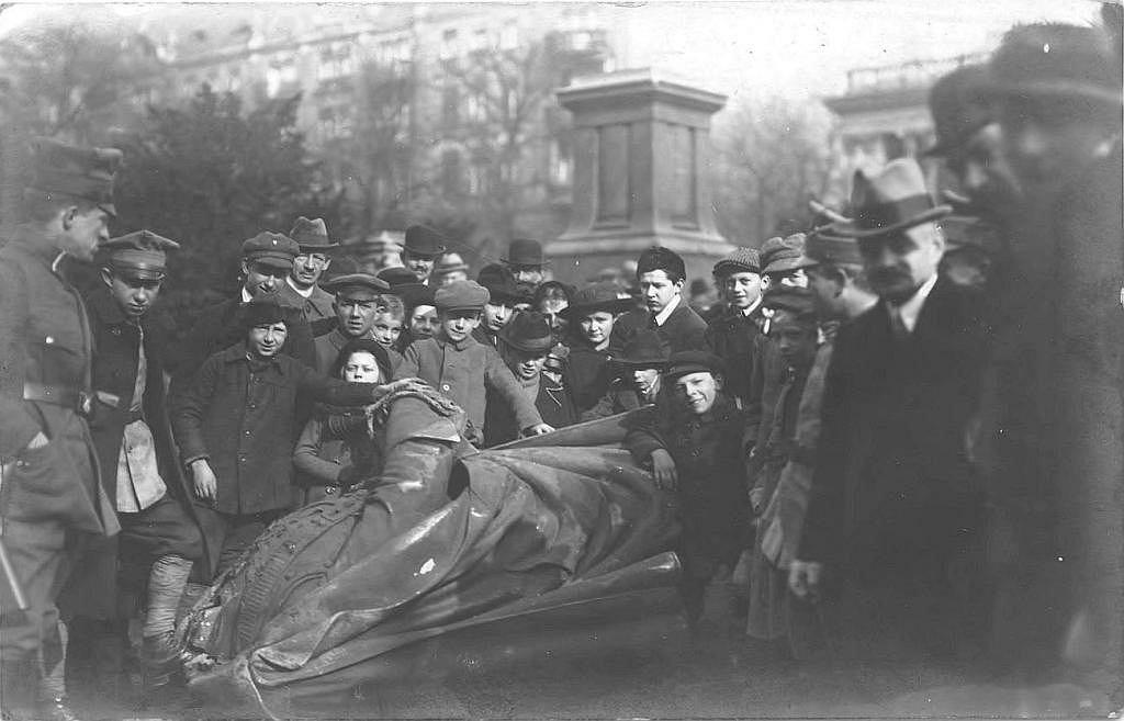 Mieszkańcy Poznania przy zburzonym pomniku cesarza Fryderyka III Hohenzollerna na placu Wilhelmowskim (dziś Wolności).