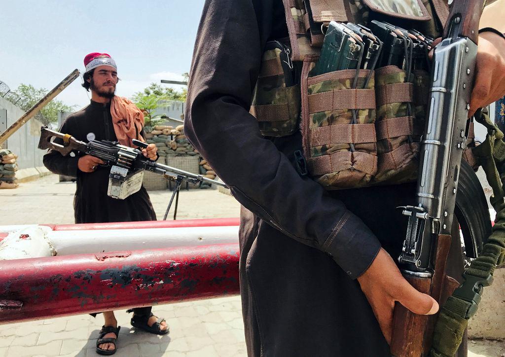 Afganistan. Talibowie przy punkcie kontrolnym niedaleko ambasady USA w Kabulu.
