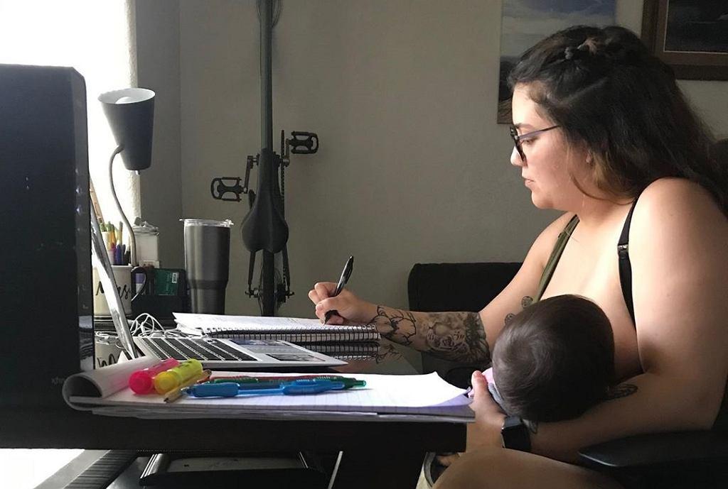 Mama karmiła dziecko podczas lekcji