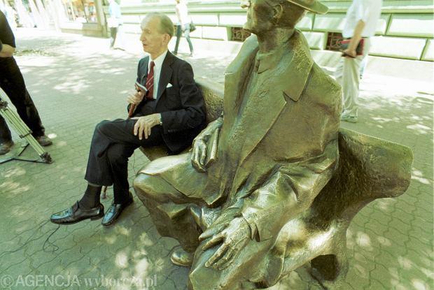 Maj 2000, Łódź, Jan Karski na ławeczce Tuwima przy Piotrkowskiej