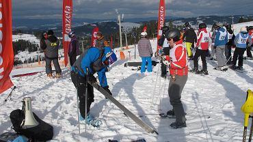 Tuż przed startem można jeszcze raz przesmarować ślizgi nart odpowiednio dobranym do pogody smarem
