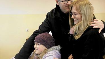 Paweł Adamowicz z żoną i córką podczas głosowania w wyborach samorządowych w 2010 roku.