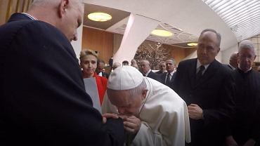 Papież Franciszek całuje w rękę Marka Lisińskiego z fundacji 'Nie lękajcie się'
