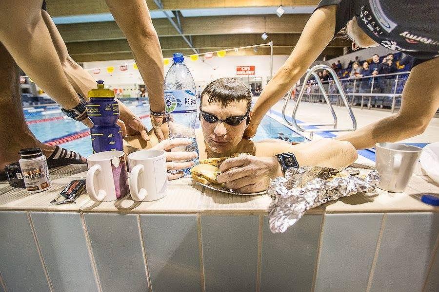 Sebastian Karaś podczas próby bicia rekordu Guinessa na pływalni w Warszawie