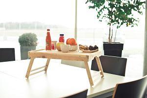 Śniadanie do łóżka: drewniany stolik